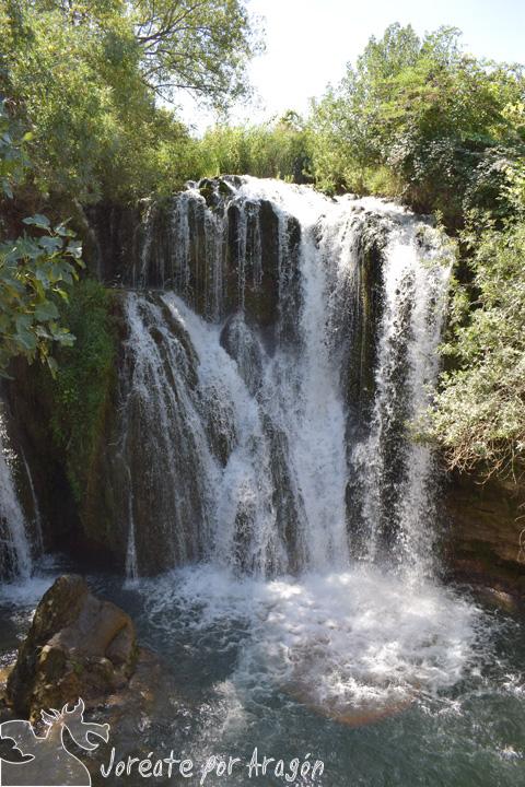 Cascada del Pozo Redondo, donde se precipitan las aguas del río Mesa, a escasa distancia de las casas del pueblo de Calmarza.