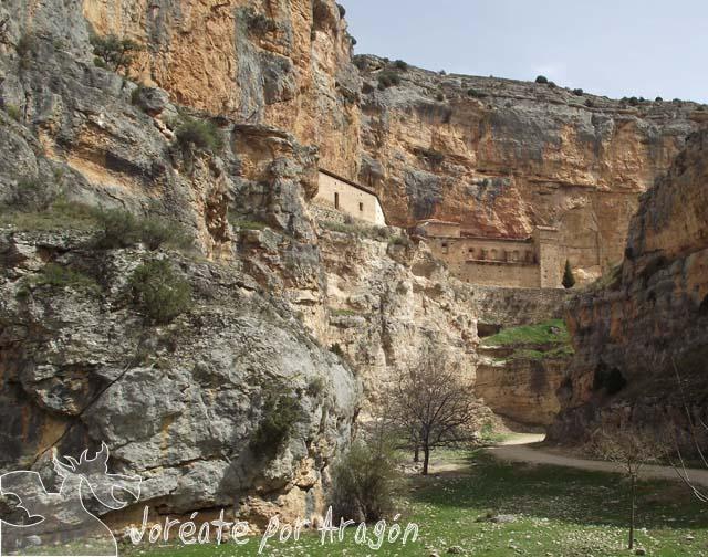 Santuario de la Virgen de Jaraba enriscado a media altura en las paredes del barranco de la Hoz, tributario del río Mesa.