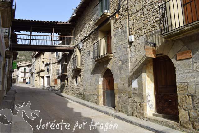 Calle Mayor de la localidad de Biel. En primer plano Casa Pelaire.