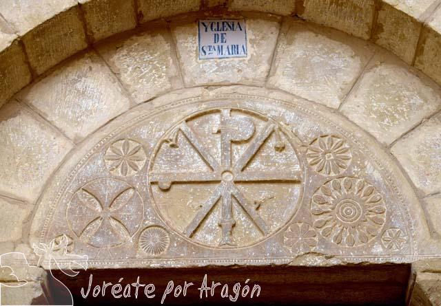 Detalle de la portada de la Iglesia de Santa María de la población de Asín.